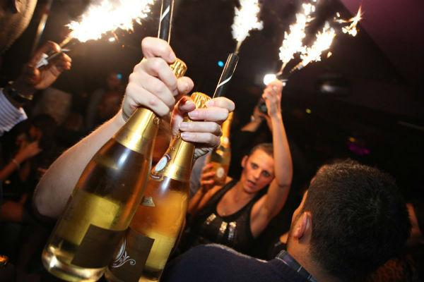 ice_fountains_nightclubs_bottle_service_crystal_champagne_with_sparklers (1)