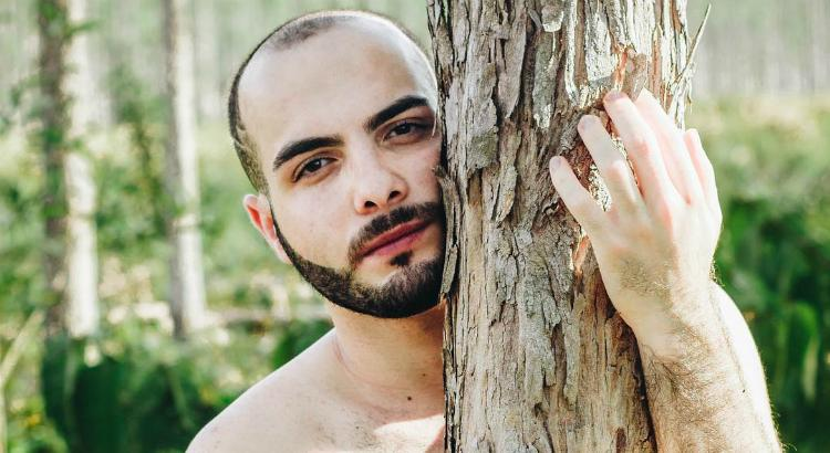 "Ex-BBB, Mahmoud Baydoun sensualiza no estilo ""jungle boy"""